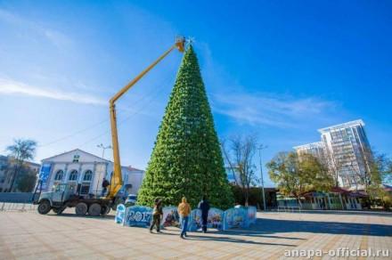 На Театральной площади украшают новогоднюю елку